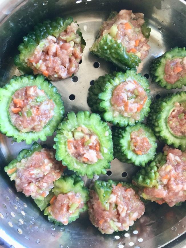 山苦瓜枸杞鑲肉放入蒸籠。