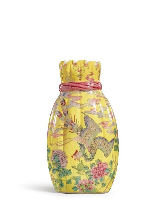 香港蘇富比秋拍領銜拍品為樂從堂的清乾隆料胎黃地畫琺瑯鳳舞牡丹包袱瓶(背面)。(圖:蘇富比提供)