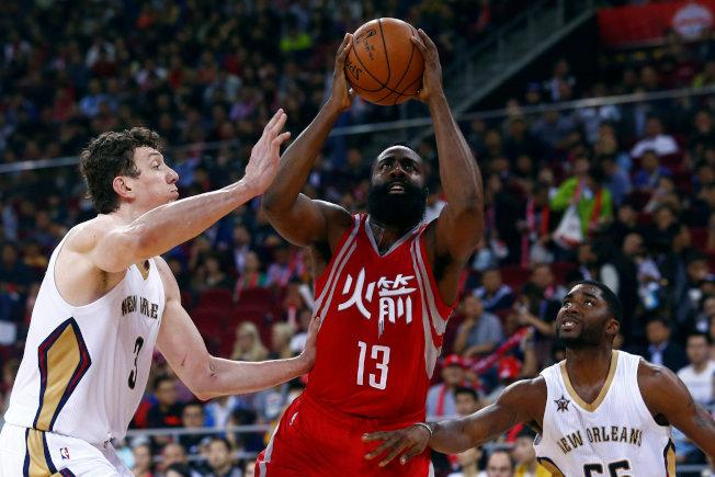 姚明曾經效力的NBA火箭隊開發中國市場不遺餘力,有時還穿上中文隊名的球衣出賽。(路透)
