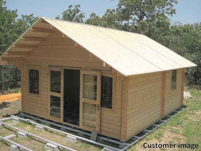 一些買家自己組裝小屋,省去蓋房子的麻煩。(Allwood Outlet)
