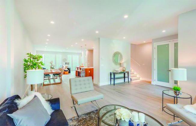 開放式設計包括寬廣的入口、高天花板和大型窗門,讓自然光線照進來。(Realtor)