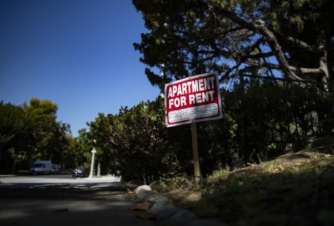 加州州長紐森簽署AB 1482住房法案,正式限制租金上限,但許多人認為此舉將使房東更頻繁加租。(洛杉磯時報)
