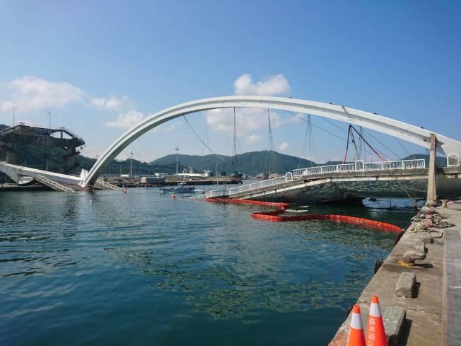 南方澳斷橋,9日起開始拆除。(記者羅建旺/攝影)