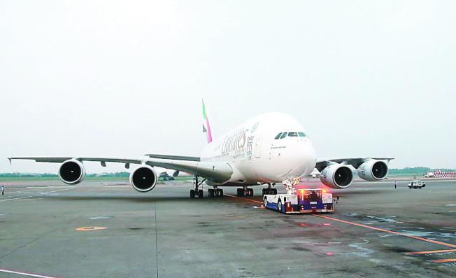 桃園機場地勤疑操作不慎,造成阿聯酋A380班機鼻輪受損(見圖,示意圖非事件飛機),交通部長林佳龍坦言,頻率過高且人為因素多。(本報資料照片 )
