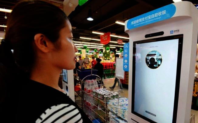 河北省邯鄲市滏東美食林超市,一名消費者在刷臉支付。 (新華社)