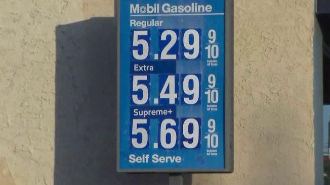 西洛杉磯美孚加油站每加侖漲破五元。(KTLA電視台)
