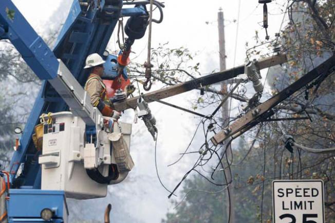 太平洋瓦電的輸電路線過去往往成為山林大火的源頭,因此今年起推行防火的斷電措施,在天氣乾燥和吹強風時先行切斷電力供應,以免輸電路線被吹倒而釀成火警。(Getty Images)