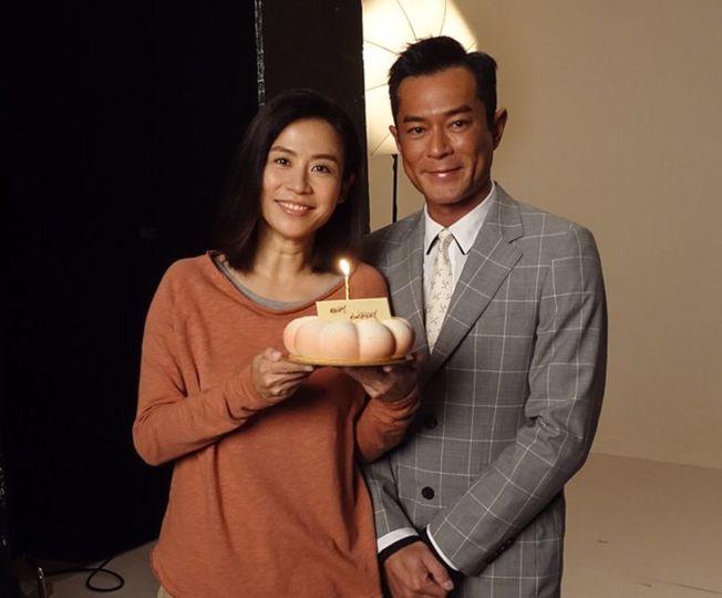 古天樂(右)為宣萱送上蛋糕補祝她生日快樂。(取材自微博)