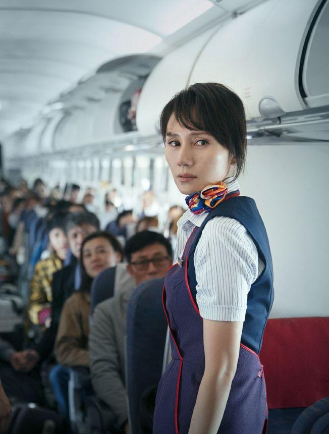 袁泉飾演乘務長,在危急時刻臨危不亂。(取材自微博)