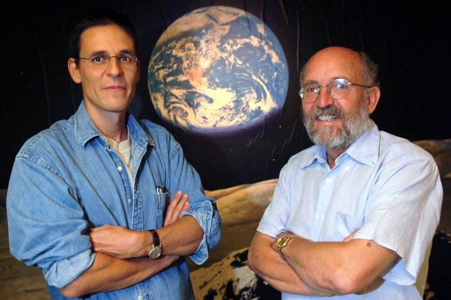 瑞士科學家奎洛茲(左)及梅爾在日內瓦大學天文台觀測宇宙。(美聯社)