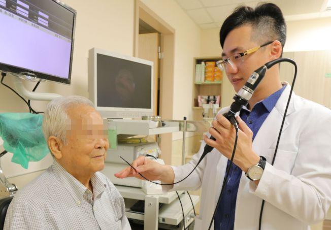 亞大醫院耳鼻喉部主治醫師黃純惟替患者做鼻咽內視鏡檢查。(亞大醫院提供,圖非當事人)