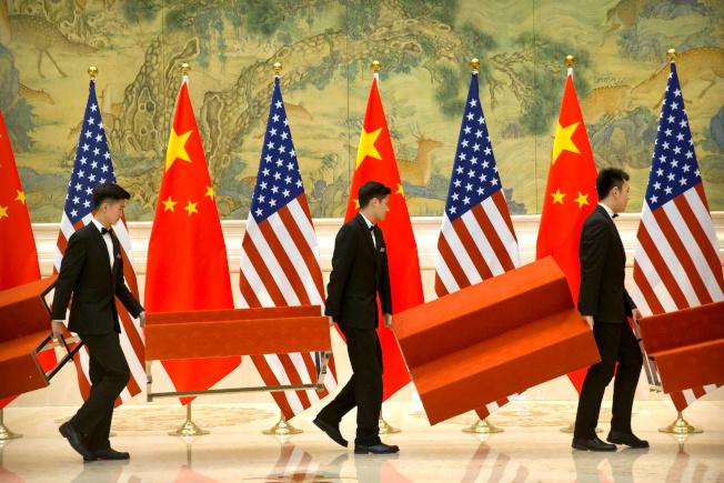 圖為中美貿易談判此前在北京釣魚台國賓館舉行,工作人員在場地布置。(路透資料照片)