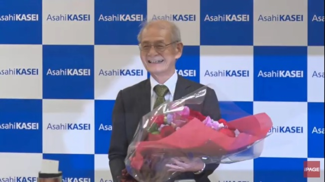旭化成株式會社9日傍晚為吉野舉辦記者會,並獻花祝賀。取自YouTube