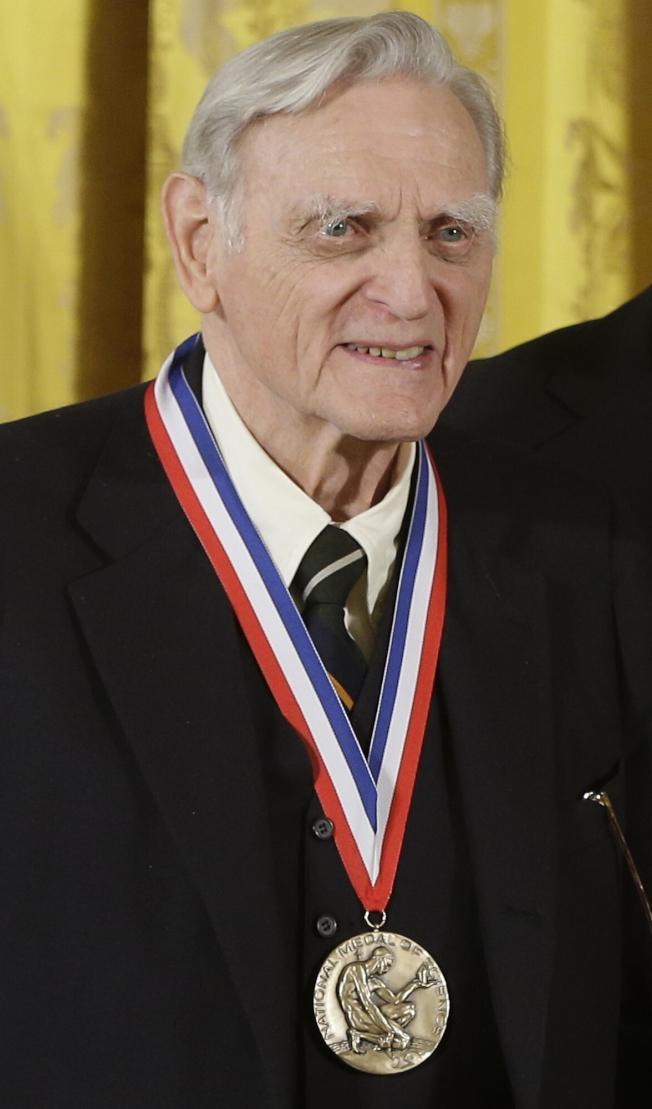 97歲的德裔美籍學者古迪納夫,成為歷來諾貝爾獎最高齡獲獎者。圖為他2013年獲頒美國國家科學獎章。(美聯社)