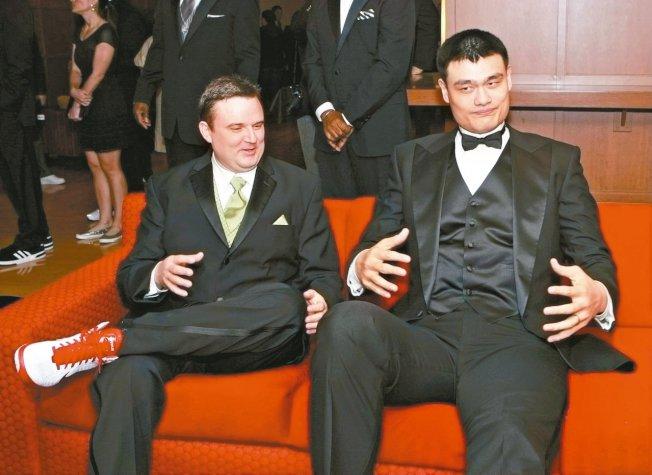 中國球星姚明(右)效力火箭隊生涯的中後期,莫雷(左)成為球隊的總管。 圖/新華社資料照片