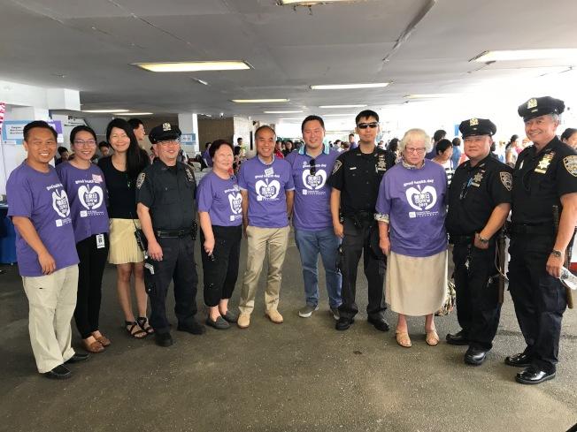 市警109分局日前在社區宣導「打擊偷車計畫」並協助民眾登記手機序號來防範竊盜案。(市警提供)