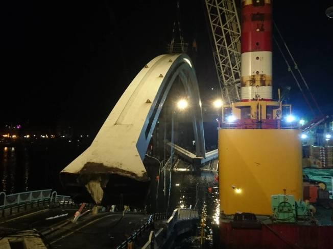 南方澳跨港大橋斷裂,斷橋昨天一早即開拆,花了19多個小時,直到今天凌晨3點零5分才開始起吊,將上方重達300公噸的鋼拱吊起,以極緩慢的速度,往隔岸的蘇澳港8號碼頭移動並安置後線保存。記者羅建旺/攝影