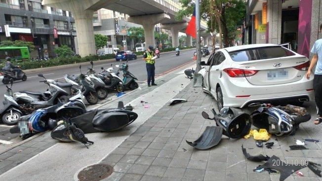 邱男駕車迴轉不慎撞倒停在機車格的靜止機車,共計13輛機車受損,無人受傷。圖/民眾提供