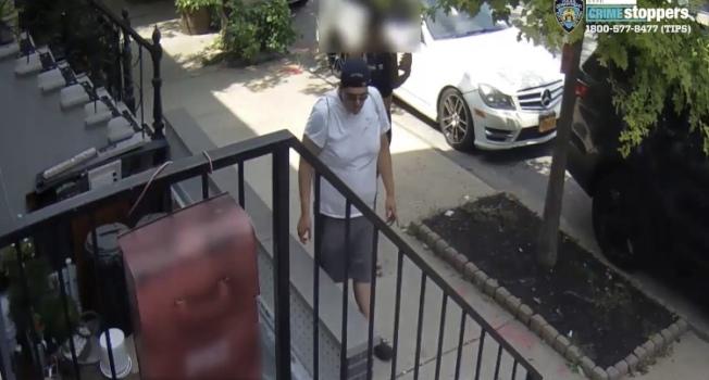 一名男子日前光天化日下強行觸摸女生,被警方通緝。(市警提供)