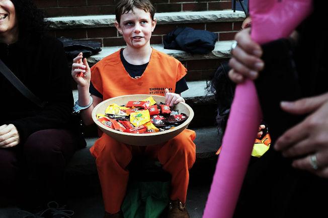 有民眾認為,孩子在白天上街要糖,較為安全。(Getty Images)