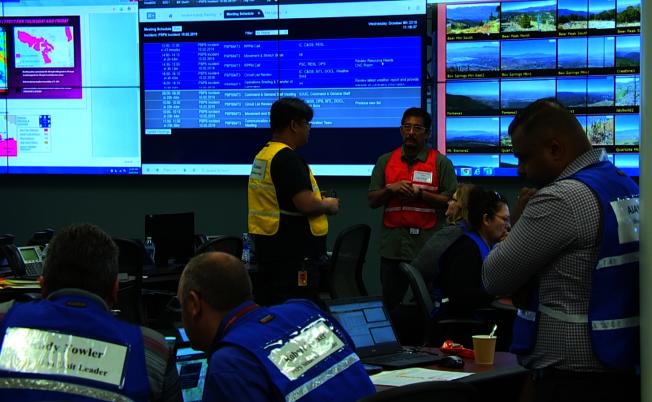 南加州愛迪生公司位於歐溫岱的指揮中心,9日上午起嚴陣以待,對逐漸靠近南加州的焚風進行嚴密觀察。(記者楊青/攝影)