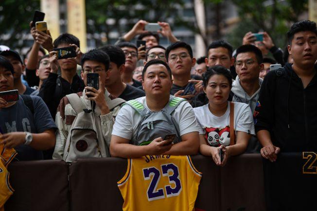 NBA中國行發生抵制風暴,中國球迷帶著NBA球星的球衣到旅館外面等候賽前記者會,結果記者會臨時取消。(Getty Images)