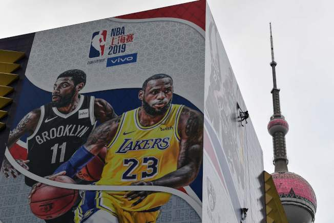 中國抵制NBA事件擴大,10日在上海舉行的NBA季前賽能否開打,在賽前一天仍然未定。圖為這場比賽的推廣海報,背景是東方明珠塔。 (Getty Images)