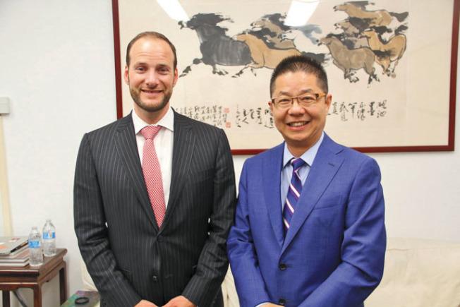 地方檢察長候選人博徹思(左),拜會本報社長駱焜祺。(記者李晗/攝影)