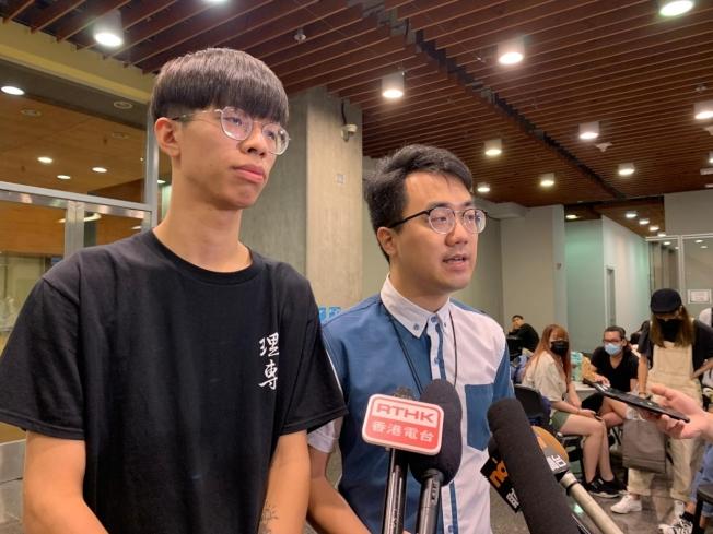 學生會內務副會長謝子樂(左),不滿意校方安排,要求與陳偉強直接對話。(取材自香港電台)