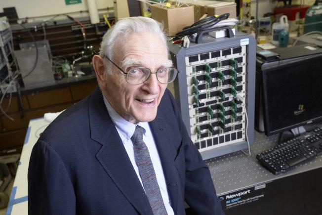 本屆諾貝爾化學獎得主約翰古德諾(John B. Goodenough),是德州大學奧斯汀分校工學院教授,該校師生與校友都感到與有榮焉。(取自諾貝爾官網)