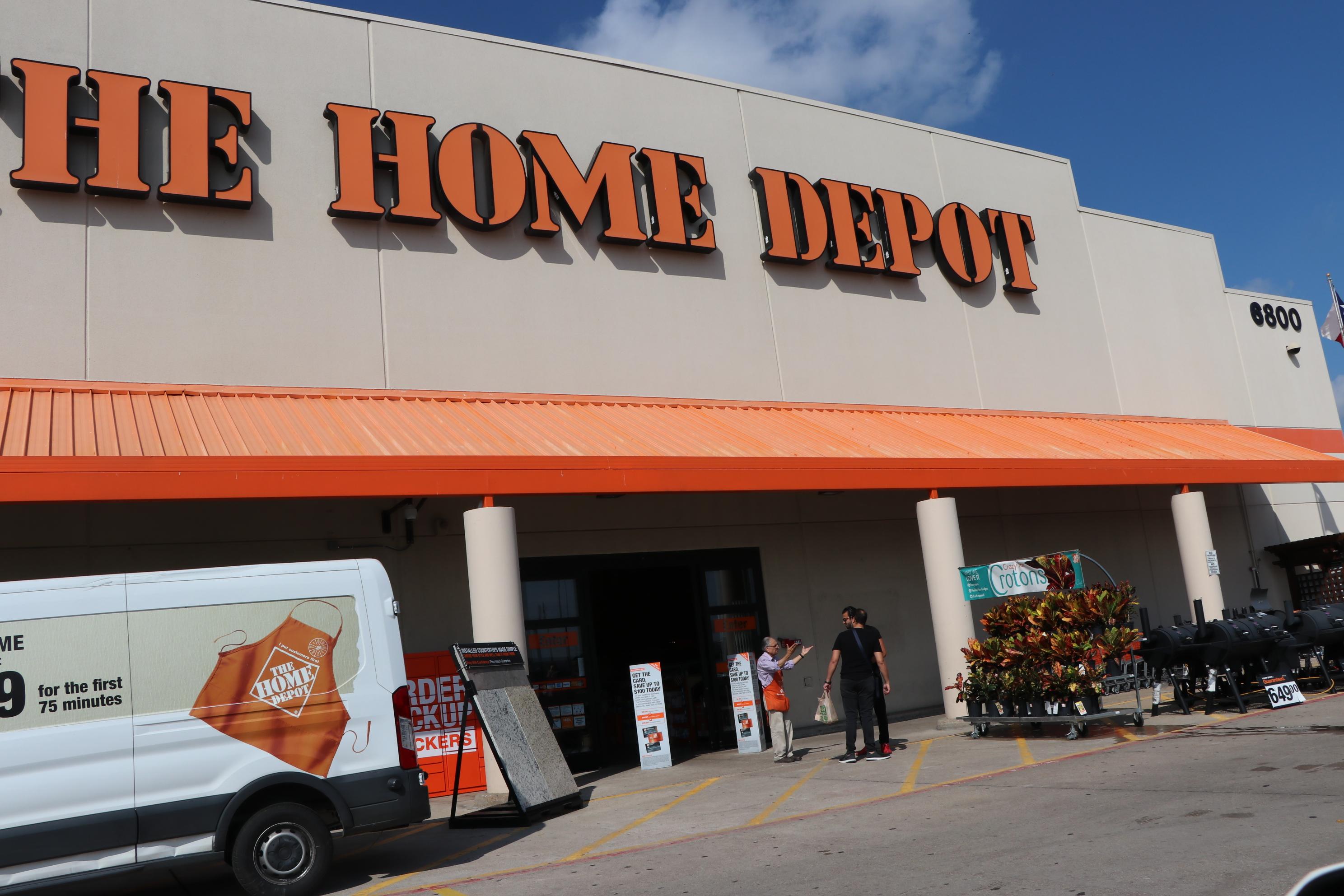 Home Depot外常聚集大批待業勞工,影響市容。(記者封昌明/攝影)