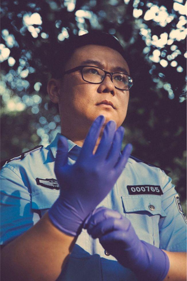 秦明受到網友和讀者的熱捧,他的微博的粉絲已超過500萬。(新華社)