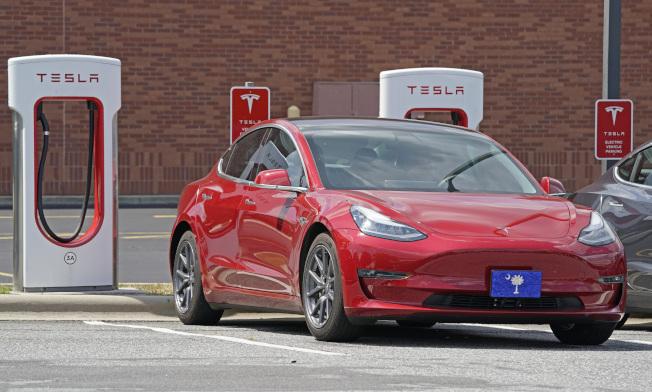 特斯拉急籲加州車主趕緊充飽電力,以免受加州大停電影響。美聯社