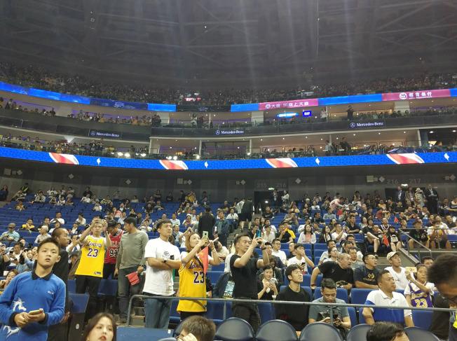 2019年NBA中國賽首站10日在上海梅賽德斯-奔馳文化中心舉行,儘管中方抵制如潮水湧來,但仍有許多球迷到場觀賽,並表示對球員的喜愛不受這次言論風波影響。中央社