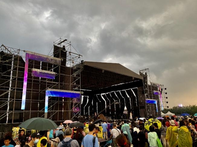 雙十焰火會場因大雨積水滿是泥濘,不少民眾索性脫下鞋襪,赤腳踩著泥巴,站在舞台前欣賞表演。記者江國豪/攝影