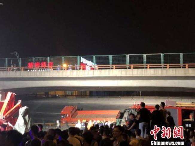 江蘇無錫市國道高速高架橋今晚6點發生垮塌,意外導致車陣積壓4公里。取自中新網