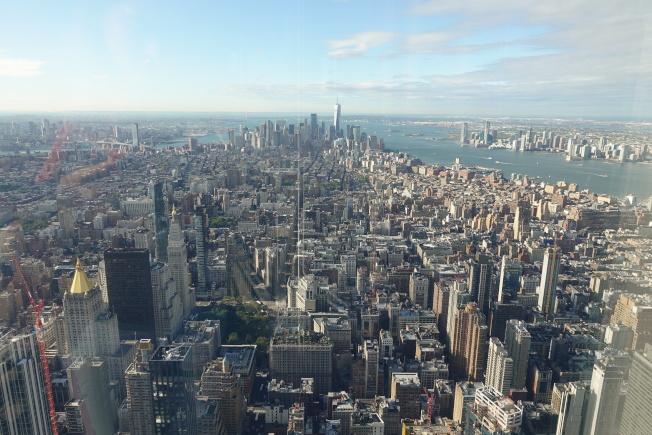 在全新的帝国大厦第102层观景台,游客可以360度全视野眺望纽约。(记者金春香/摄影)