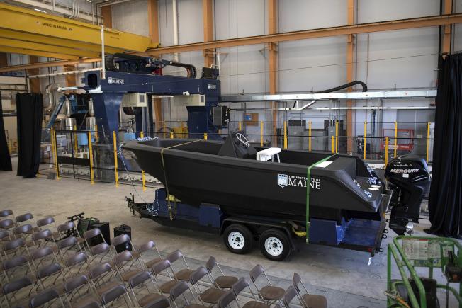 在緬因大學公開亮相的這艘由3D印表機列印出的船,是有史以來體積最大的列印物體。(美聯社)