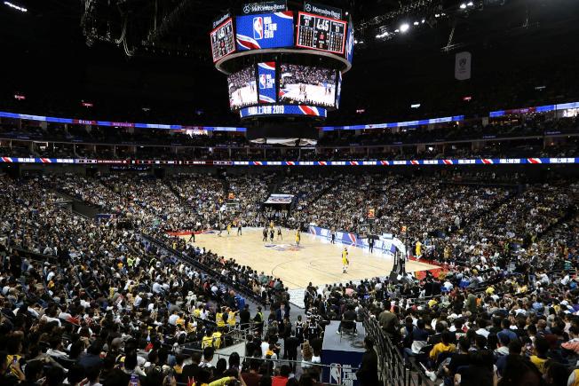 NBA中國賽首戰湖人出戰籃網,10日晚間在上海開賽,球迷「錢花了」,還是進場看球,幾乎坐滿球館。(路透)
