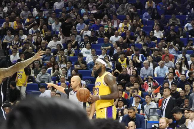 NBA球團要求球員避談中國。圖為湖人隊球星詹姆斯(持球者)在NBA上海賽。(中央社)