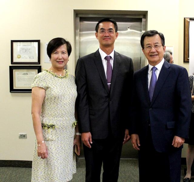 陳家彥(中)與吳光宜夫婦。