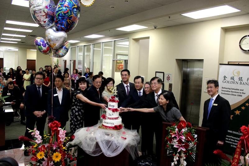 金城銀行主管與嘉賓們一同切蛋糕。