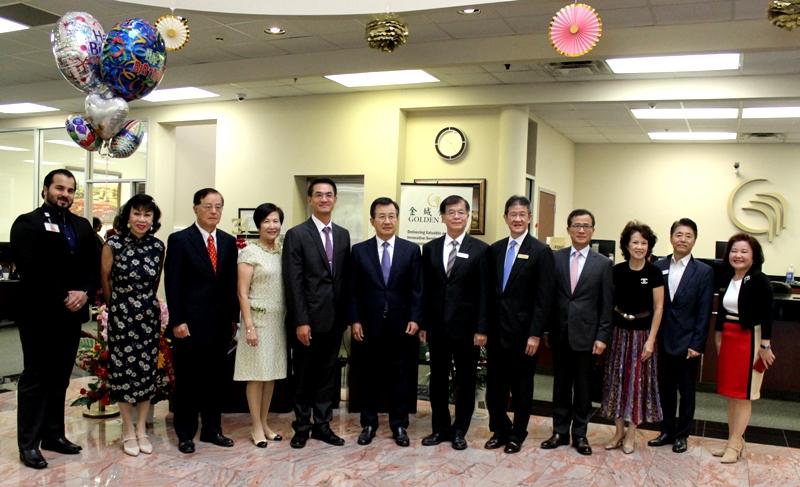譚秋晴(左二)、楊明耕(左三)、陳家彥(左五)、吳光宜(左六)、黃國樑(右六)等慶祝金城銀行34周年。