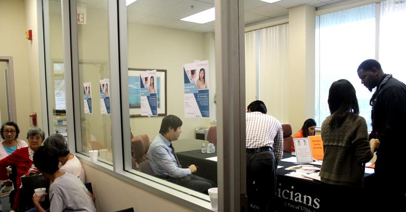 西南診所為民眾舉辦免費骨質密度檢查。