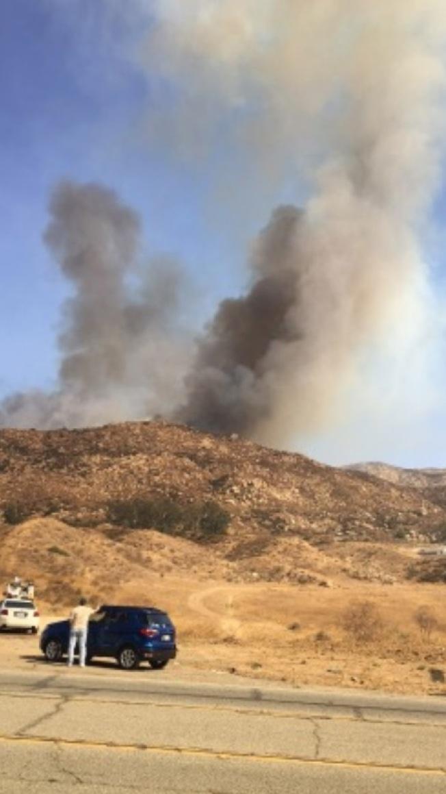 內陸10日午後突發兩處野火,其中一處發生在莫瑞諾谷北部。圖為網友發至臉書圖片。(臉書)