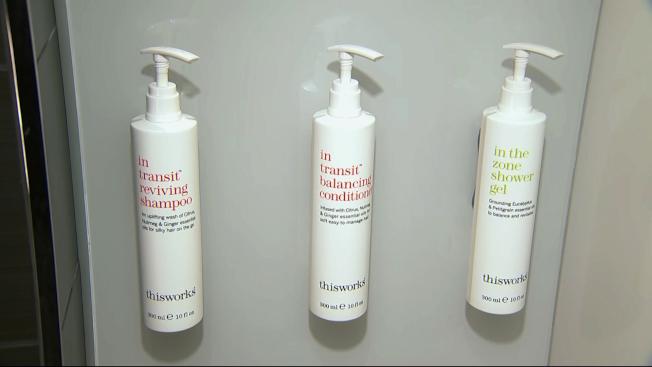 2021年起萬豪酒店浴室將有大瓶洗髮精、潤絲精、肥皂液固定在牆上。(美聯社)