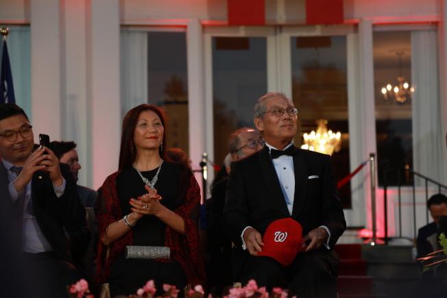 中華民國駐美代表處10日晚在雙橡園舉行建國108年國慶酒會,高碩泰致詞後不忘給華府國民隊加油。(記者羅曉媛/攝影)