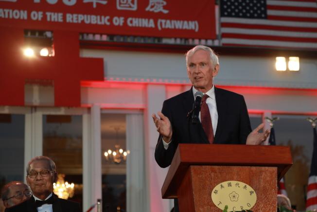 中華民國駐美代表處10日晚在雙橡園舉行建國108年國慶酒會,美國在台協會主席莫健致詞。(記者羅曉媛/攝影)