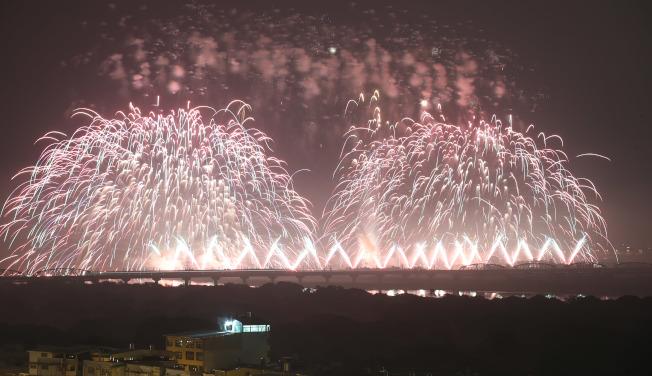 雙十國慶焰火10日在高屏溪屏東河濱公園施放,長達42分鐘,璀璨煙火在高屏夜空綻放。(記者劉學聖/攝影)