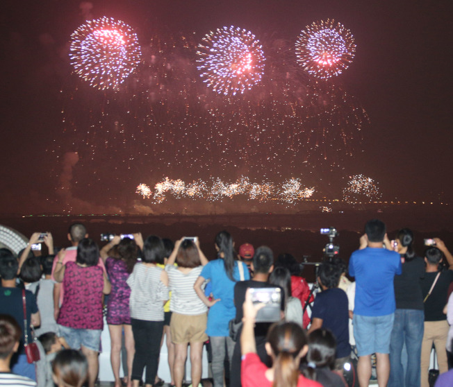 雙十國慶焰火10日在高屏溪屏東河濱公園施放,讓上萬民眾驚呼連連。(記者劉學聖/攝影)